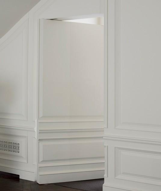 boiserie in legno bianco con porta