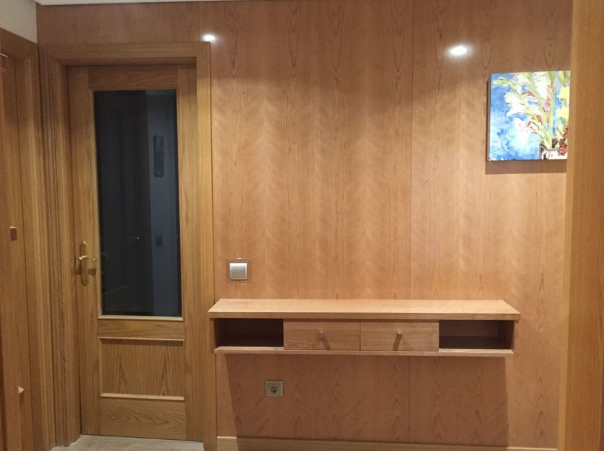 boiserie moderna ingresso con porta